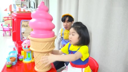宝宝和哥哥玩过家家游戏 制作冰淇淋披萨.mp4
