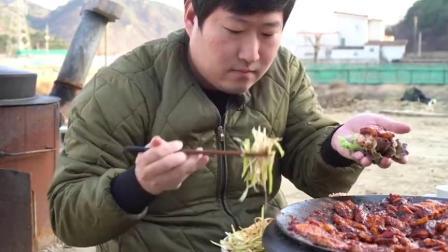 韩国家庭吃播:胖儿子独享烤肉,满锅都是辣酱酱,大口吃超馋人.mp4
