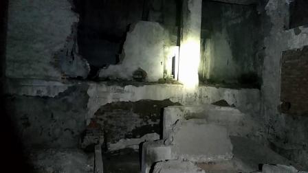 小伙只身一人半夜来到废弃很多年的工厂探险,他看到了什么?