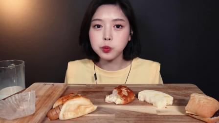 韩国吃播:甜品面包+三明治搭配牛奶,嘴里塞得满满的