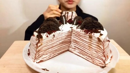 外国吃播:妹子吃奶油曲奇红丝绒千层蛋糕,食音咀嚼音.mp4