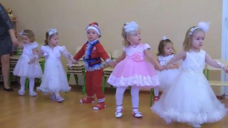 圣诞节到了,小朋友穿上圣诞衣服,庆祝圣诞节快乐.mp4