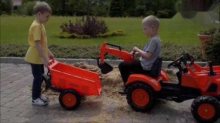 小正太开着玩具挖机在户外玩沙土 非常开心 男孩子的最爱.mp4