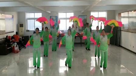 遵化开心广场舞,东三里舞蹈队在大队领导支持下,姐妹们开心快乐学跳扇子舞张灯结彩绿