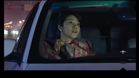 夫妻闹别扭,丈夫直接把车停路边自己走了,扔下不会开车的妻子.mp4