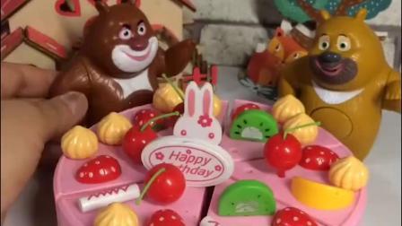 熊大和熊二给嘟嘟做生日蛋糕,好漂亮啊,还缺点啥呢
