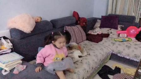 3岁小女孩冬天自己偷偷穿裙子,宝妈:要气晕了.mp4