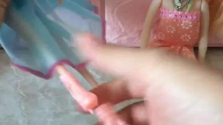 芭比娃娃吵架了,她们吵的太厉害了,劝架的佩奇却被骂了!