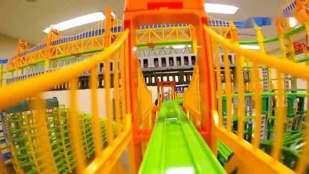 跟着儿童积木轨道玩具车看看玩具大桥上的风景吧.mp4