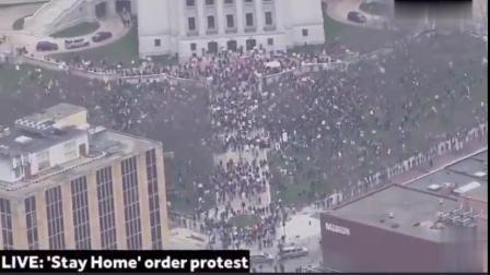 """【美国】当地时间24日,美国威斯康星州,上千名抗议者聚集在州议会大厦门前,抗议居家令延长至5月26日。他们喊着""""USA"""",拿着标语牌写着""""所..."""