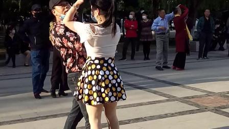 石家庄市人民广场交际舞花样展示。。王健5o岁的传奇人生故事。记忆生活。留下青春。2020-04-25