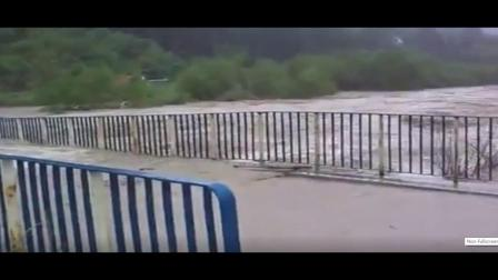 秒杀! 汹涌的水流,瞬间在波兰冲毁了桥梁