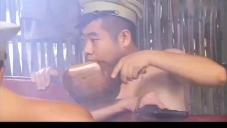 光荣:鬼子躲在竹楼下面监视,不料伪军上面在洗澡,场面贼逗.mp4