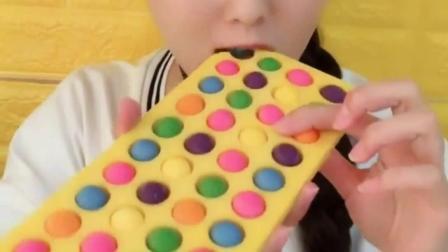 可爱小姐姐直播吃鸡腿形状巧克力,粉色的鸡腿巧克力,太诱人了
