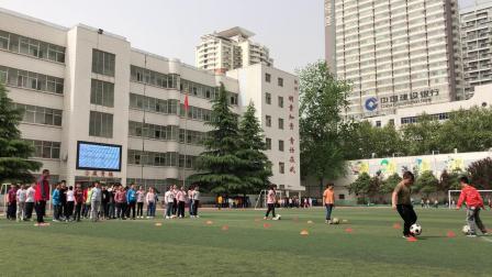 第一学期_第11课 小足球:曲线运球接力赛_第一课时(科学版三年级)_T3759883