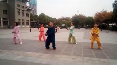 2020,,5,,4青年节全国太极拳第一名刘传学老师带领弟子在德阳市文化馆东门表演陈氏太极老架一路。