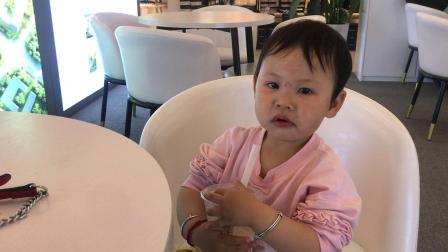 小萝莉喝一点点奶茶 珍珠奶茶宝宝的最爱 美食