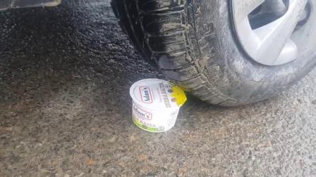 牛人使用小汽车碾压牛奶冰淇淋,油门一轰,强迫症表示很过瘾!