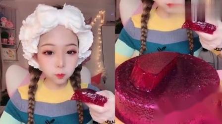 小姐姐直播吃火龙果果冻蛋糕,吃得津津有味,看着就过瘾