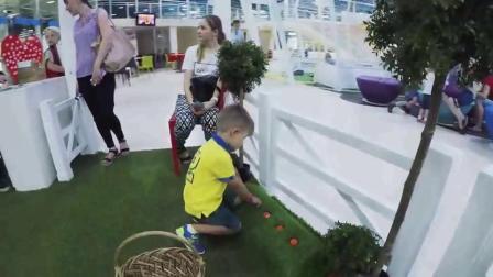 萌娃小可爱们在儿童乐园里体验农场的生活小家伙们摘菜喂动物玩的可真是开心呢