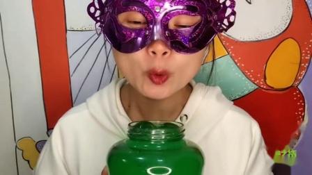 """吃货馋嘴儿:小姐姐吃手工""""罐头瓶子果冻"""",莹绿通透似翡翠,是我向往的生活"""