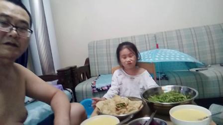 海叟拍摄1432(2020.5.18-18:23子筠和姥爷爷一起吃姥爷爷做的豆角丝卷饼、玉米面粥)