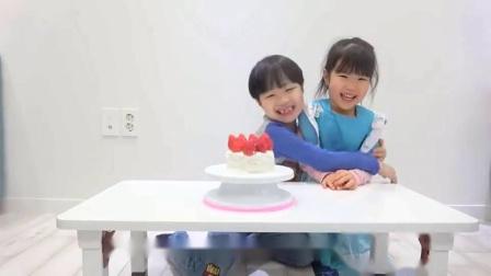 萌娃小可爱给哥哥做了草莓的生日蛋糕,小家伙真是心灵手巧呢,萌娃:生日快乐!