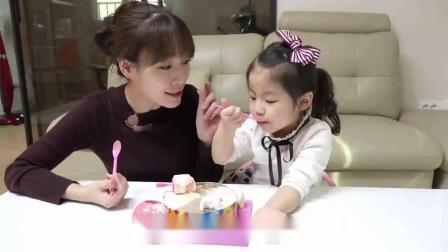 萌娃小可爱和妈妈一起吃美味的彩虹蛋糕,小家伙吃的好香啊,萌娃:真是太好吃了!