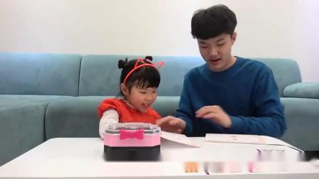 萌娃小可爱收到了哥哥送的一盒化妆品小家伙真是爱臭美萌娃宝宝要美美哒