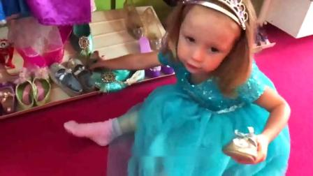 萌娃小可爱来到衣帽间准备选一件漂亮衣服小家伙真是爱臭美萌娃小女孩都喜欢美美哒