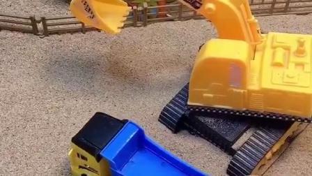 少儿益智亲子玩具:挖掘机出门工作了,给小卡车装满了沙子!