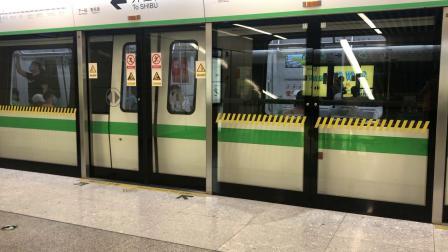 南宁地铁1号线开往石埠站方向列车出广西大学站