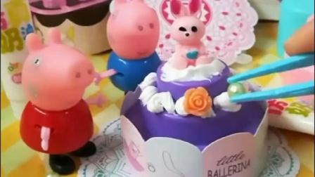 佩奇乔治做生日蛋糕,这蛋糕也太漂亮了,乔治想吃口蛋糕太难了。