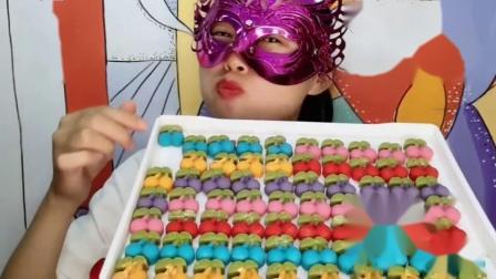 """吃播馋嘴儿:小姐姐吃创意""""樱桃巧克力"""",入口香甜,是我向往的生活"""
