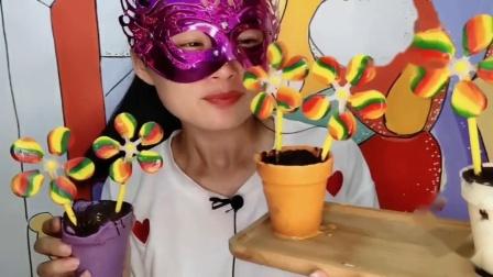 """吃播馋嘴儿:小姐姐吃""""花盆五彩风车棒棒糖"""",,香甜美味,是我向往的生活"""