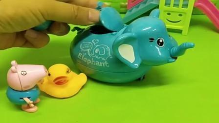 小猪佩奇玩具:乔治看见鸡妈妈哭了,就帮忙给找鸡宝宝,乔治真是太乖了