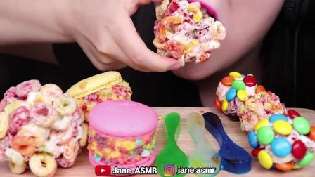 小可爱直播吃果冻、七彩马卡龙、彩虹糖、勺子软糖,五颜六色真漂亮