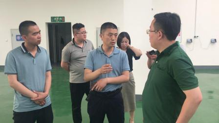 合阳县紫荆产业园李献红主任给考察团介绍园区规划布局
