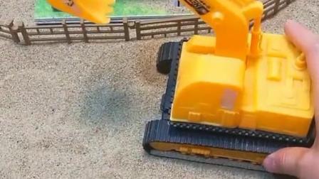 熊二把车子停在了路边,挖掘机把它装满了沙子,熊二看到懵了!