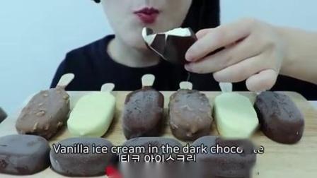 小可爱直播吃果冻、巧克力脆皮雪糕,一次性吃个过瘾