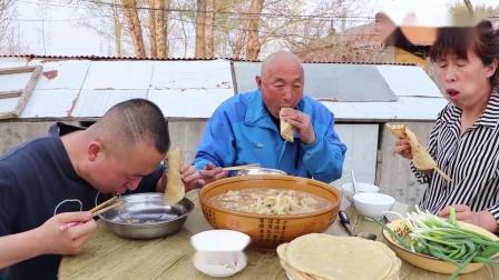 起锅烙家常饼,在炖一锅白菜炖豆腐,这吃法太完美了,好吃