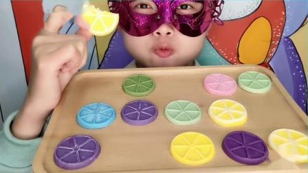 """吃货馋嘴儿:妹子吃""""柠檬片巧克力""""五颜六色柔滑香甜,创意又好吃"""