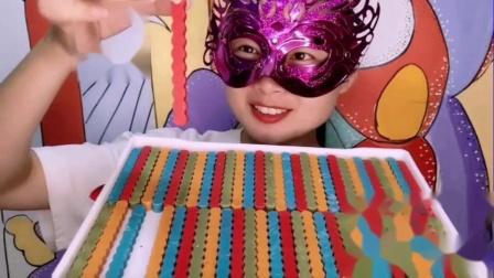 """吃货馋嘴:吃货小姐姐吃""""手指饼干巧克力"""",香甜嘎嘣脆,是我向往的生活"""