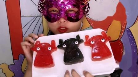 """吃货馋嘴:小姐姐吃创意""""外星人橡皮糖"""",酸甜美味超赞,是我向往的生活"""