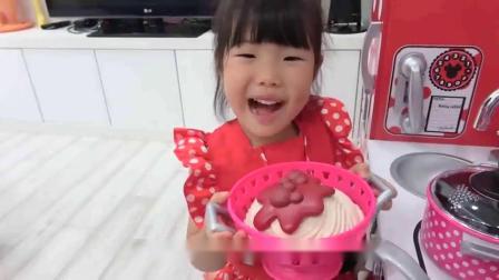 萌娃小可爱做了美味的蛋糕,小家伙太厉害了,萌娃:面包好香啊!