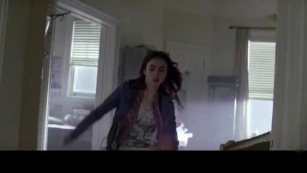 女孩刚到家,就发现狗狗不太对,立即躲进冰箱才逃过一劫.mp4