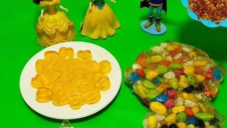 白雪公主和贝儿公主在聊天,白马王子过来了,给她们拿的糖