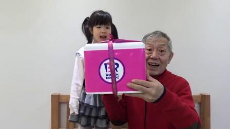 萌娃小可爱和爷爷一起买了生日蛋糕!小家伙真是兴奋呀!萌娃:好漂亮的蛋糕呀!