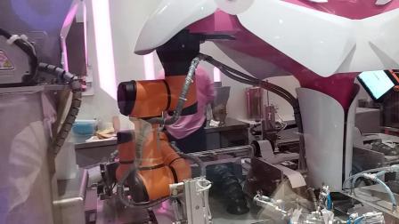 机器人在制作汉堡包Foodom机器人中餐厅顺德菜II20200601一