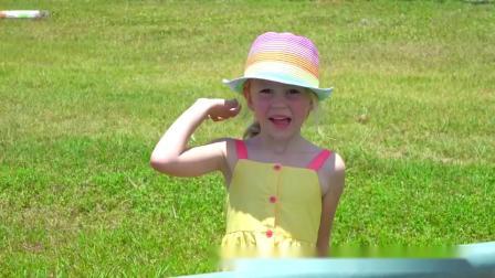 超可爱!萌娃小萝莉和爸爸一起逛动物园喂小动物吃胡萝卜,萌娃:好好玩啊!.mp4